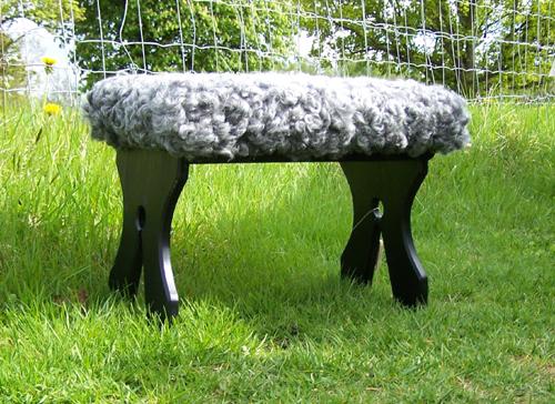 Bänk i svart med sittdyna i fårskinn