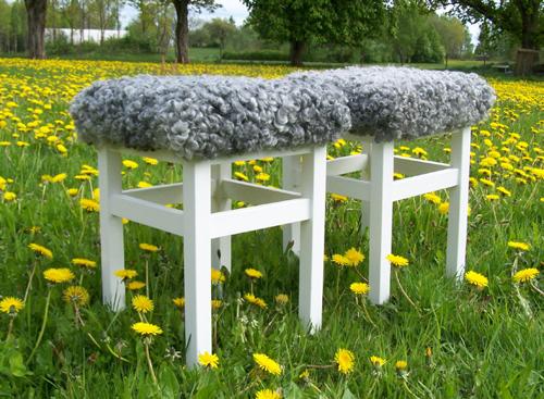 Vita pallar med sittdyna i lammskinn