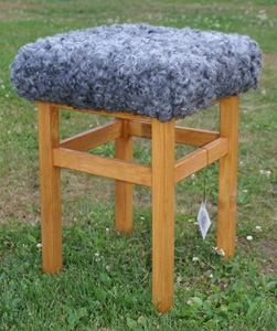 Pall furu med sittdyna av fårskinn